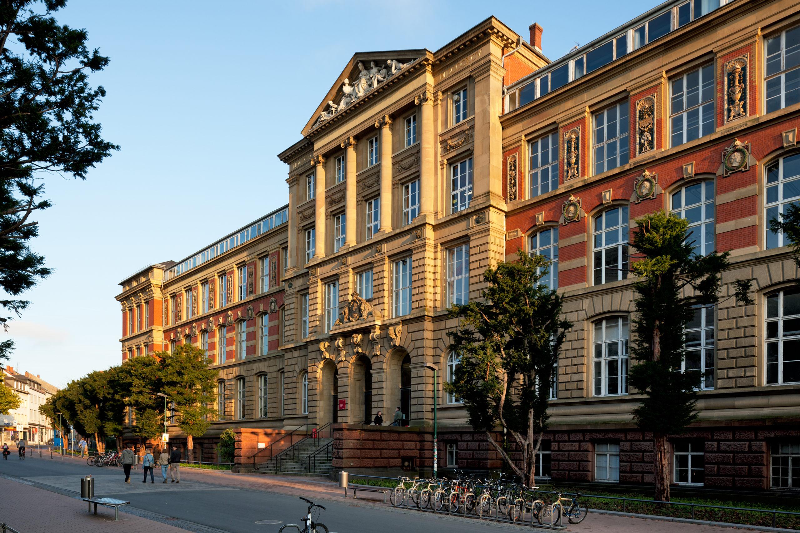 Das Alte Hauptgebäude (S1|03) in der Hochschulstraße wurde 1895  nach Plänen von Heinrich Wagner fertiggestellt und später durch Georg Wickop erweitert. Ab 2012 wurde das unter Denkmalschutz stehende Gebäude etappenweise saniert.